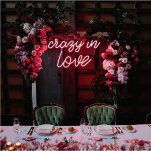 Neon lichtletters Crazy in love roze